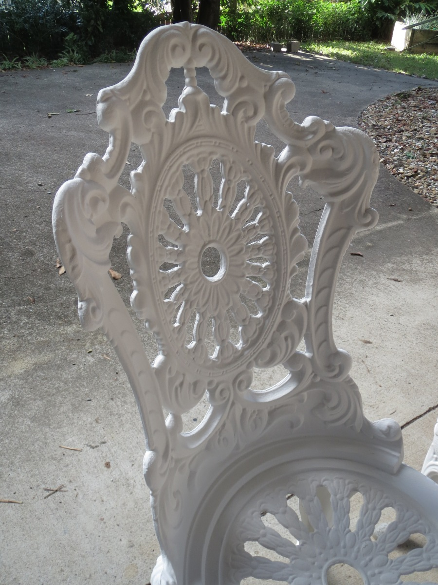 Restoring old garden furniture using Annie Sloan's chalk paint